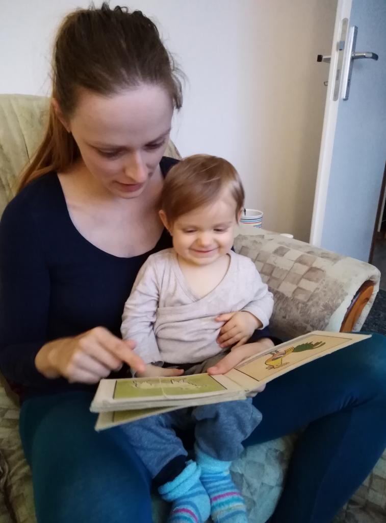 Matka s dcerou si čtou a tráví spolu čas.