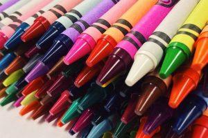 Voskové pastelky jsou pro děti skvělou zábavou a navíc se na nich naučí barvy.
